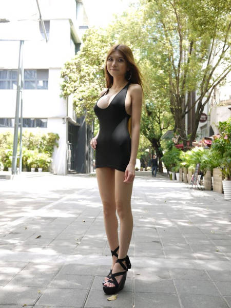 A Chinese Model Earns Money By Walking Around Half-Naked 27 Pics - Picture 19 -1963