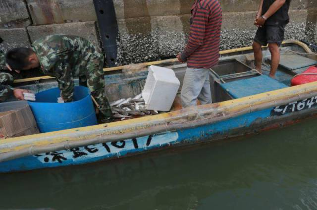 Chinese Authorities Caught Fishermen With A Surprising Catch