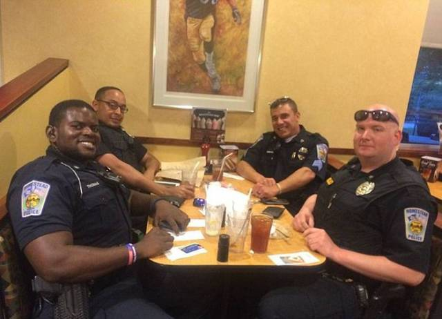 What This Policeman Does After A Couple Refuses To Sit Next To Him In A Restaurant Is Impressive
