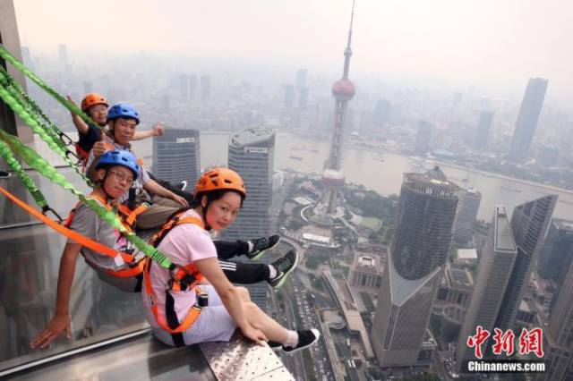 Would You Dare To Walk On The Highest Handrail-Free Walkway In The World