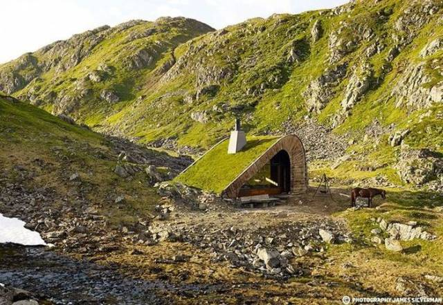 Norwegian Hunting Lodge Goes Almost Unnoticed Amid Breathtaking Landscapes