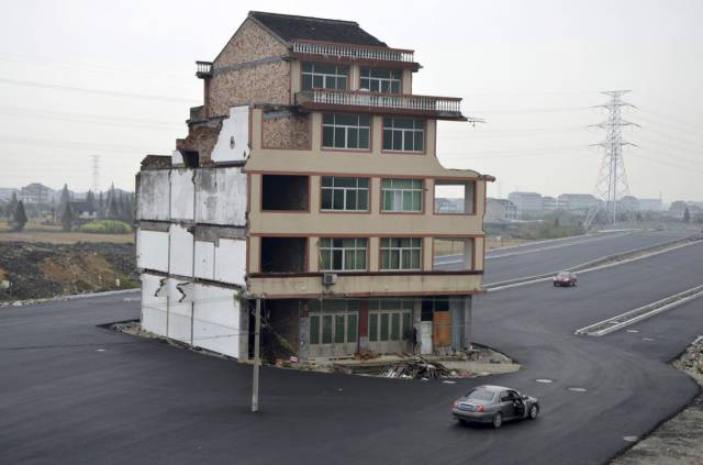 """Chinese """"Nail Houses"""" That Stay In The Way Of Progress"""