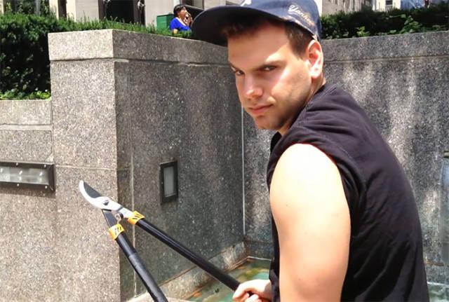 A Hero Or A Douchebag: Guy Runs Around New York City Cutting People's Selfie Sticks