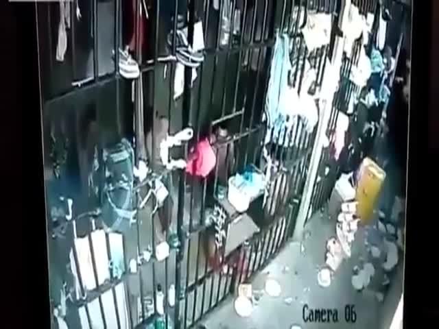 Female Prison Guard Gets Grabbed By Male Prisoners In A Brazilian Prison