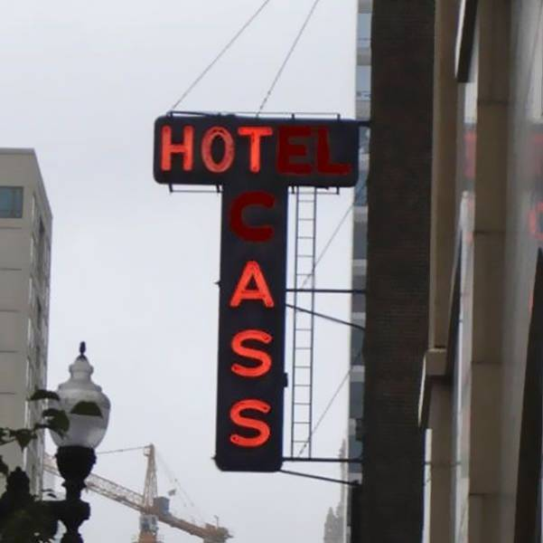These Broken Neon Signs Now Have Completely New And Funny Meanings