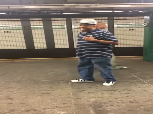 Amazing Solo Performance On The Subway That Will Give You All The Good Vibes