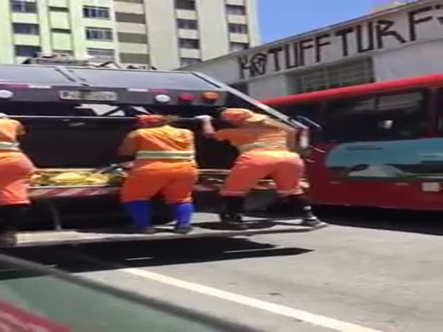 Female Garbage Collectors From Brazilian Twerking