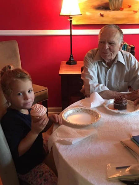 Little Girl Befriends An Elderly Man And Now She's Like Family To Him