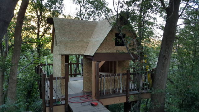 Guys Construct A Tree House For Kids And It Turned Out To Be An Awesome Build