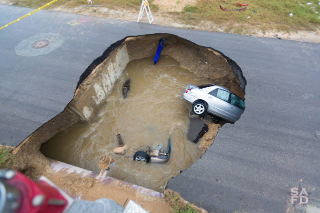 A Huge Sinkhole Was Formed In Texas Where Two Cars Sank
