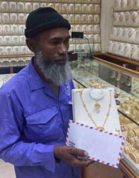 Street Cleaner Mocked For Looking At Jewelry Is Now Buried With Cool Gifts