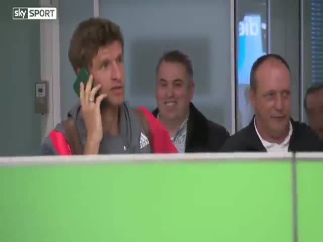Thomas Müller Shows What To Do If You Don't Want To Speak With The Press