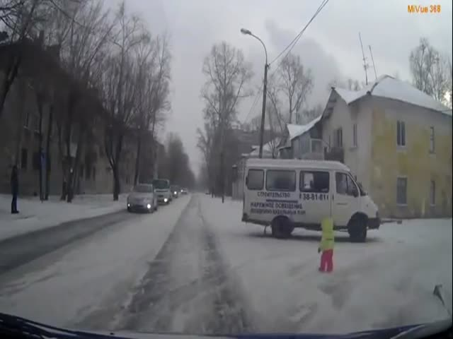Driver Saves A Small Kid That Found Itself In The Middle Of The Road